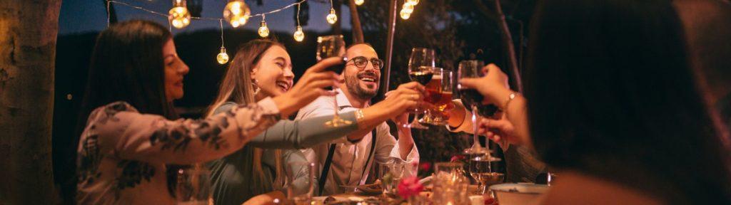 Bedrijfsfeestje vieren met eten. Denk aan bijvoorbeeld een barbecue of een buffet. Een drankenarrangement kan natuurlijk ook.