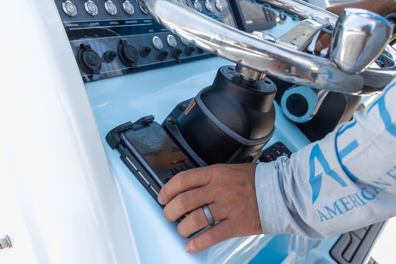 Houder om je telefoon draadloos op te laden op je boot van Rokk